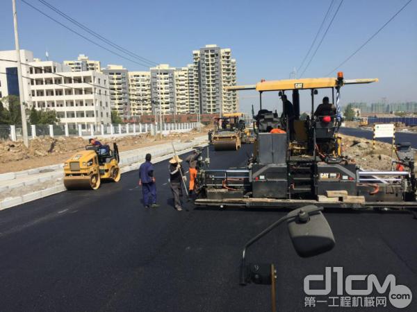 CAT成套路面摊铺压实设备参与武汉107国道江夏段施工