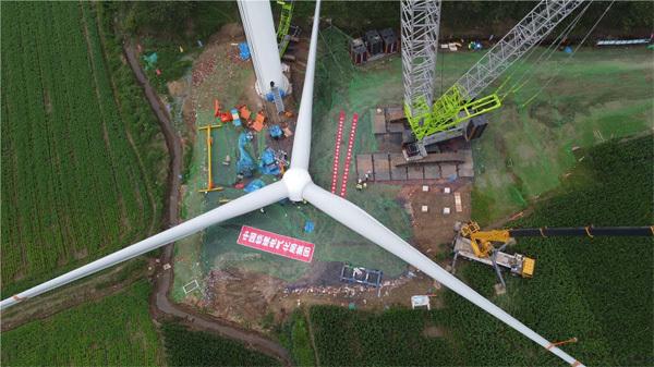 中联重科<a href=http://product.d1cm.com/lvdaidiao/ target=_blank>履带起重机</a>助力安徽单机容量最大风力发电机组吊装项目