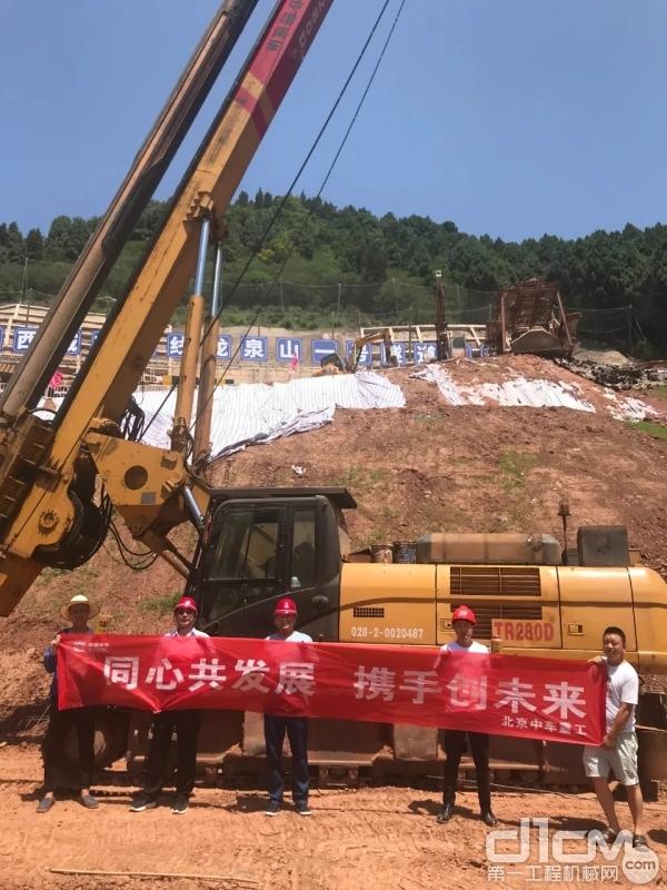 服务小组走访成都建工东西城市轴线龙泉山一号隧道桥梁工程施工工地