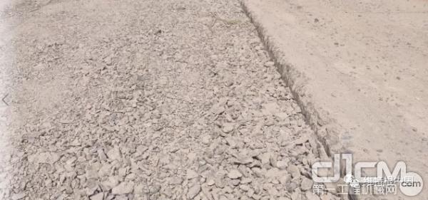 铣刨后的实景,铣刨后的水泥混凝土颗粒可以直接用于就地再生水稳层