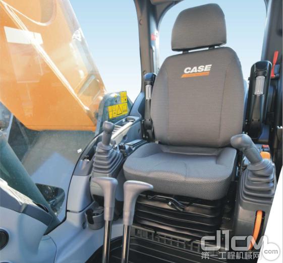 标配悬浮式座椅和完全可调节型操纵杆