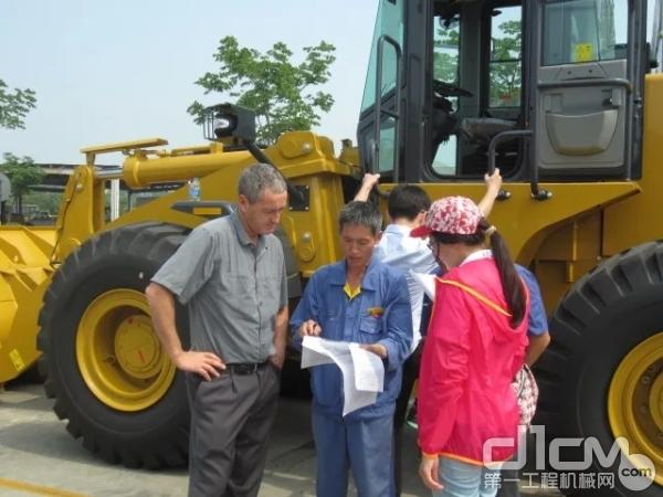 张洪建帮助国外客户验收设备