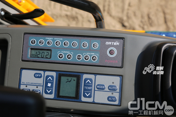 右侧手柄位置设有电源、空调开关、时间显示等