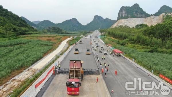 徐工无人机群新柳南高速施工现场