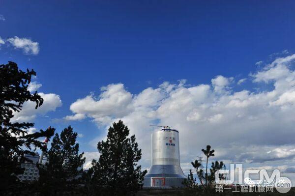 新的高度!北京庞源两台塔机参与建设全球最大的钢结构冷却塔