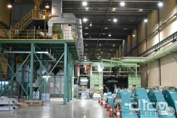 ▴2017年,神钢中国工厂的生产线替换了节能省电的LED灯。