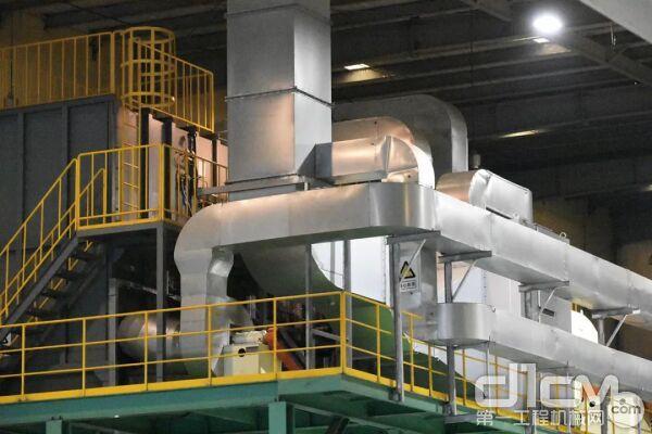 ▴2018年,焊接作业区引入了管道式粉尘处理装置,改善工厂作业环境