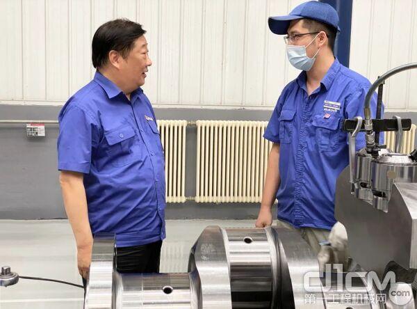 谭旭光看望一线铸造员工