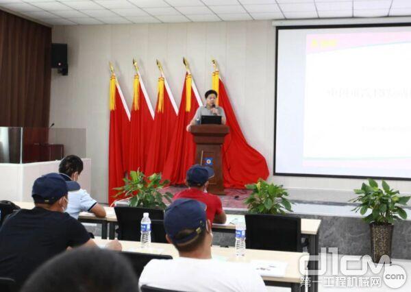 ▲重汽杭发培训室主任、网络培训师、工程师傅根宝