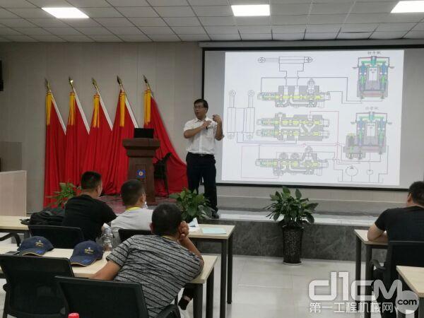 ▲全国五全国机械行业在册专家、福建省技能大师的吴荣锋
