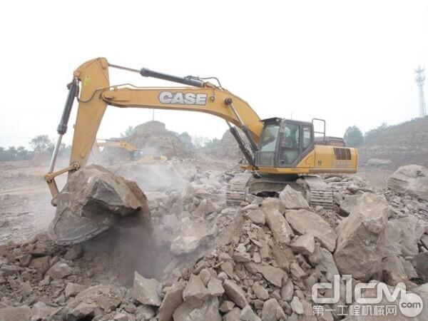 曹润的凯斯挖掘机正在采石场进行开采作业