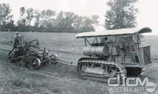早期的平地机都需要畜力或机器进行牵引
