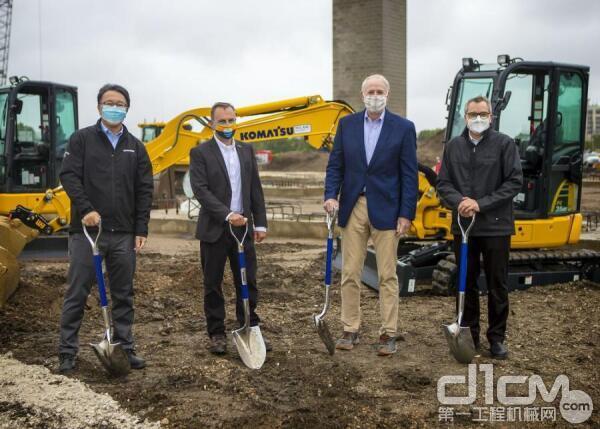 (从左至右)小松矿业首席运营官Korekiyo(Kody)Yanagisawa、小松露天采矿总裁John Koetz、密尔沃基市长Tom Barrett、小松矿业首席执行官Jeff Dawes