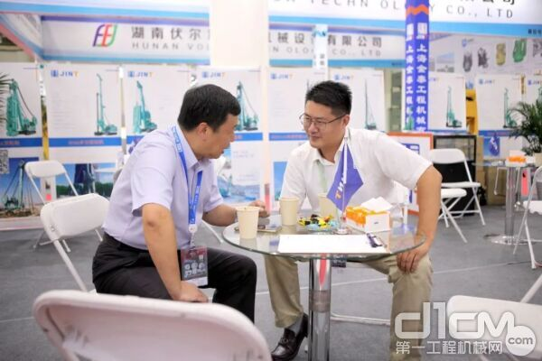 右一\公司副总经理徐峰