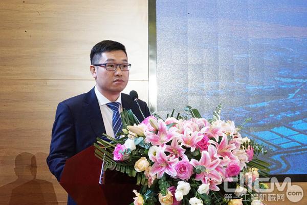 中联重科助理总裁、建筑起重机械公司总经理唐少芳发言
