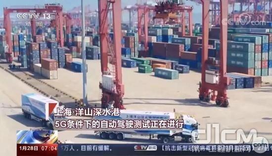 """2019年8月,上汽红岩在上海洋山港完成全球首次""""5G+自动驾驶重卡""""示范运营"""