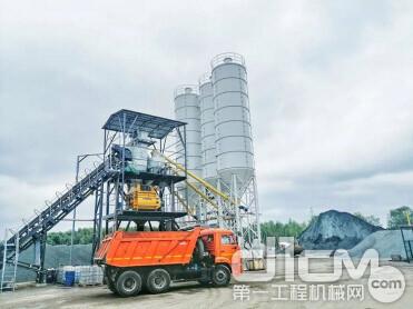 南方路机HZS120商混搅拌设备位于喀山