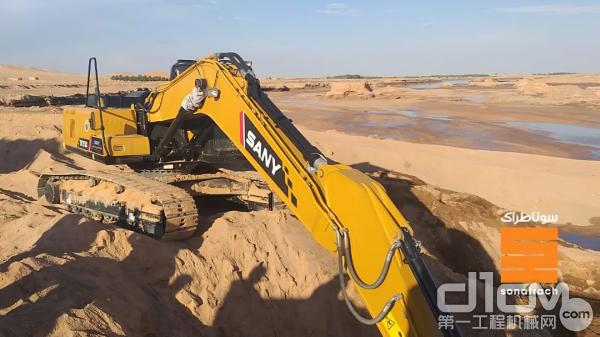 三一SY215C挖机高效地完成了修复工作