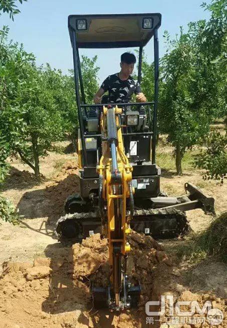 三一SY16C微挖在果园施工