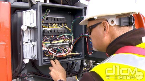 斯凯杰科(Skyjack)机器的内部均配备了经过验证并得到认可的简易控制系统