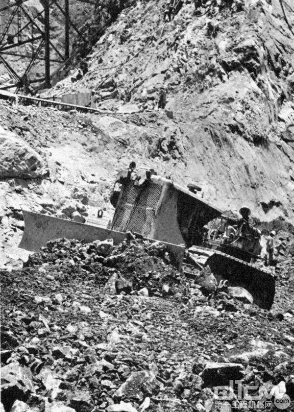 卡特彼勒推土机在项目上施工