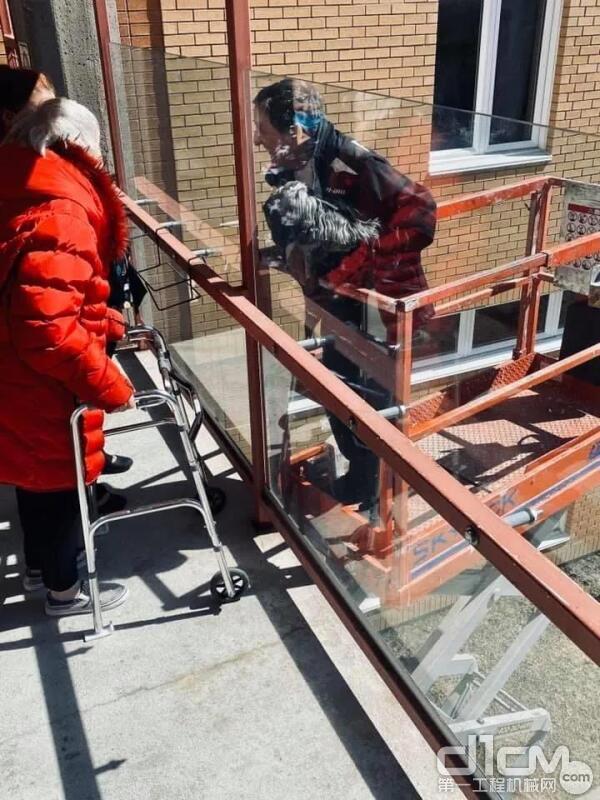 """Skyjack高空作业平台作""""鹊桥"""",帮助81岁老夫妇在疫情中相聚"""