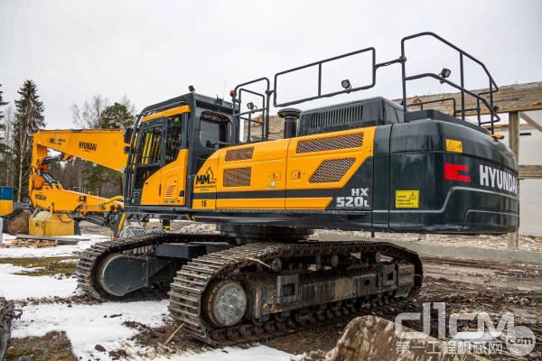 定制版现代HX520L挖掘机在教学楼拆除工作中挑大梁
