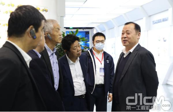 🔼临工集团董事长王志中向中国工程机械工业协会会长祁俊等与会领导介绍公司加快高质量发展情况