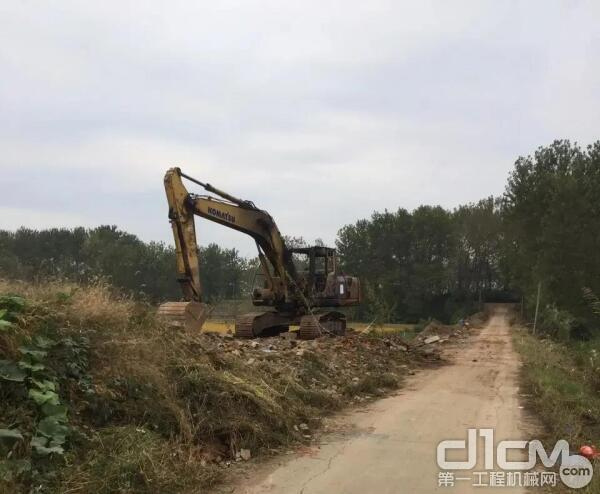 """男子为抄近路坠入7米深坑 挖掘机伸""""长臂""""救援"""