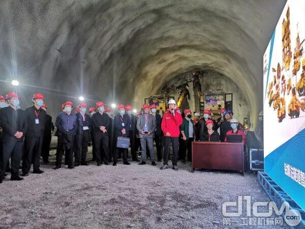 铁建重工现场汇报钻爆法隧道智能化成套装备研发应用情况