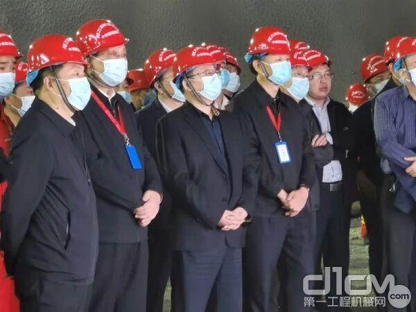 铁建重工党委书记、董事长刘飞香(左三)陪同观摩
