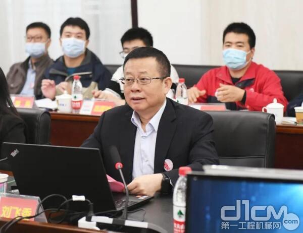项目负责人、铁建重工党委书记、董事长、技术中心主任刘飞香汇报项目实施方案