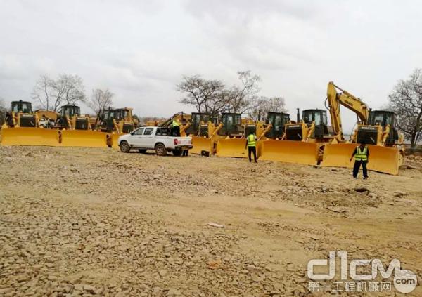 山推十余台推土机在东非当地某代理公司顺利完成装配、调试及操作培训