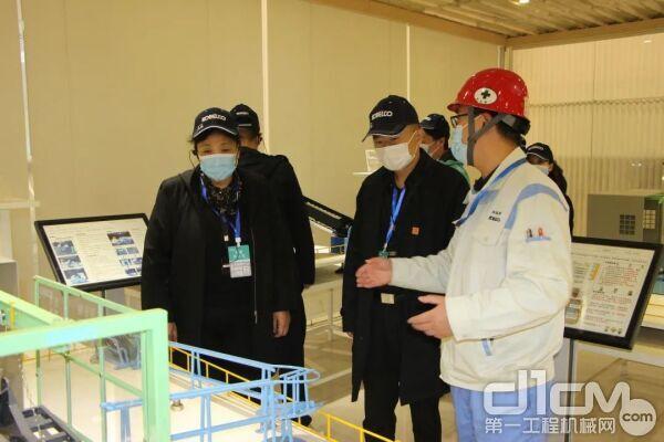 来宾最后观看了特别安排的解体机表演,对整机性能和精湛的操作技术给予了高度的评价