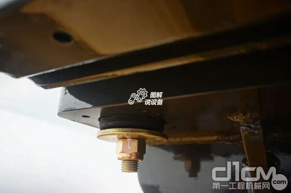 它的第二级减震体现在驾驶室与机身连接上