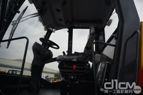 第三级减震则是它的多向可调节机械悬浮减震座椅