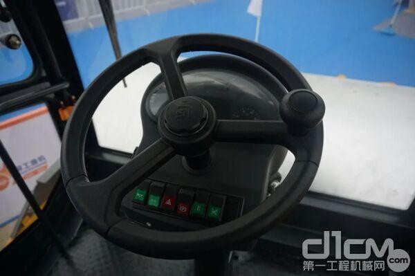三幅方向盘下面设计了多个常用按钮