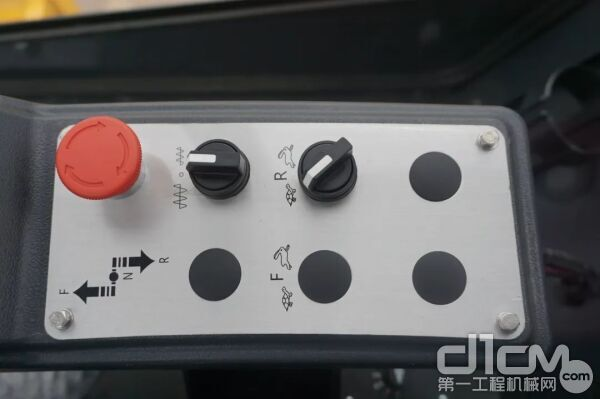 手柄后面的控制台上有紧急停机旋钮、振幅调节旋钮、速度调节旋钮