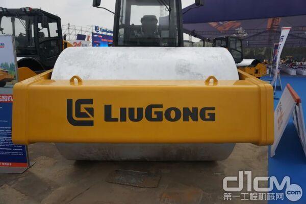 柳工CLG6626E压路机钢轮直径达到1700mm,是行业同级别压路机中最大的