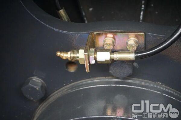 在钢轮维护保养成本方面,柳工这款压路机可以说低到难以想象