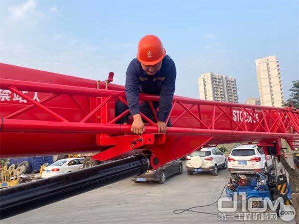 邱海波正在维修起重机吊臂