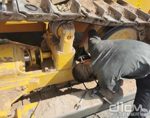 山推服务工程师为客户检修设备