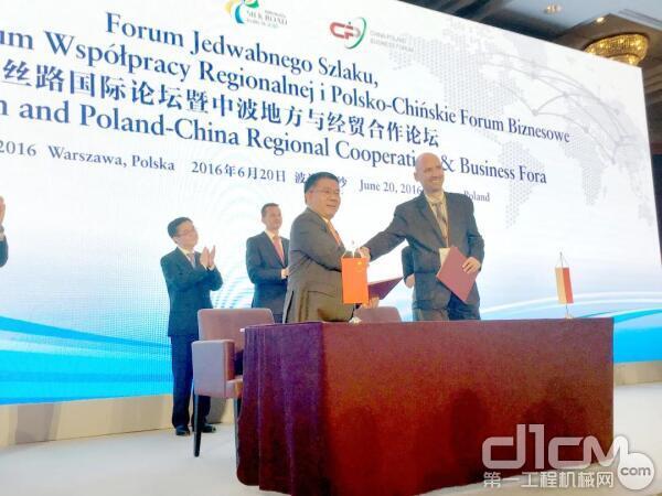 在商务部部长见证下,曾光安与波兰国家研发中心代表签订合作协议