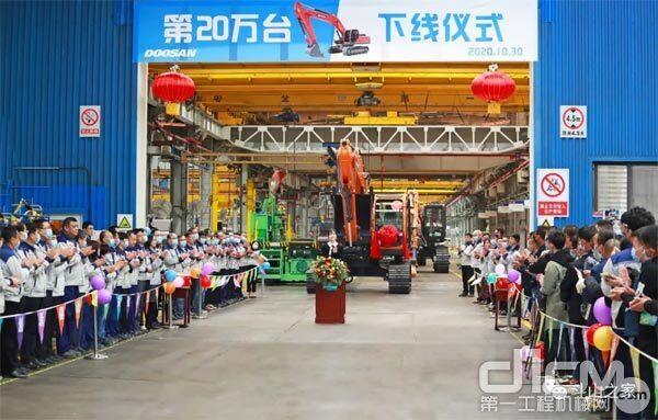"""""""26年聚力前行·20万台创新发展""""为主题的挖掘机累计生产20万台庆祝活动在DICC工厂隆重举行 图"""