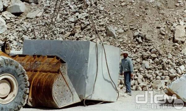图:历史资料 过往用铲车或者挖掘机装料