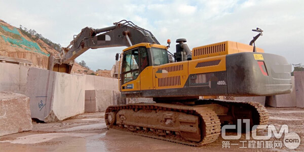 图:目前该石业仍有多台48吨级挖掘机配合作业