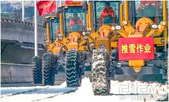 徐工除雪平地机堆雪作业