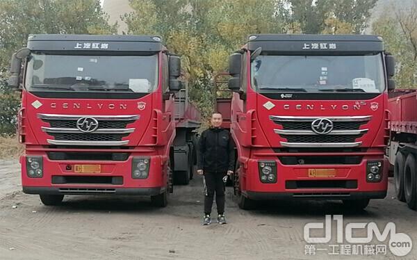 川鸣快运车辆运营经理董成龙与公司的红岩杰狮C6 LNG牵引车合影