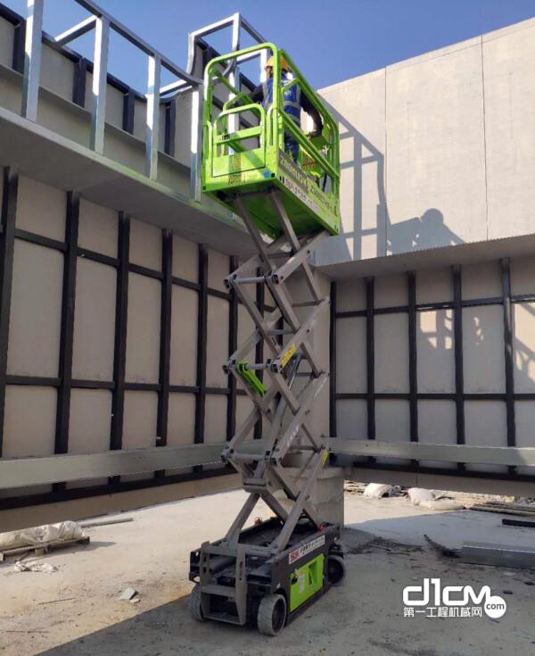 金禾租赁的中联重科剪叉式高空作业平台正在施工