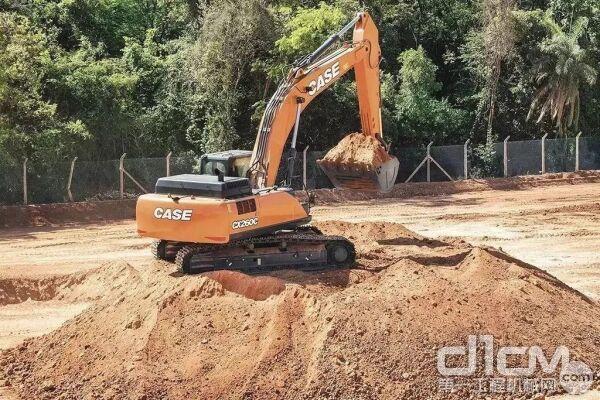 CX260C标配的铲斗增加到了1.5方,土方挖掘能力更出色